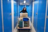 © MyPlace-SelfStorage: Kundin vor ihrem Lagerraum