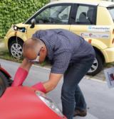 Teilnehmer beim spannungsfrei Schalten eine Elektrofahrzeugs © Fraunhofer IFAM