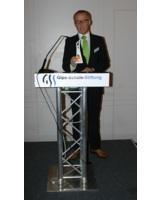 Thomas Ducrée, Vorstand der Gips-Schüle-Stiftung mit dem Gips-Schüle-Forschungspreis Award