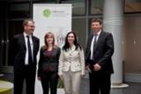 Preisträgerinnen Anna Biedermann (l.) und Sonja Ghahremani mit den Leitern des Studiengangs