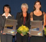 Maria Mintrop (Mitte) freut sich mit den beiden Geschäftsfüh