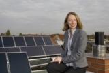 D. Himburg auf dem frisch sanierten Gebäude mit Solaranlage