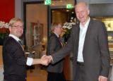 Kay Gröger, Channelmanager DACH, überreicht  Hr. Prechtl den Award