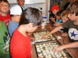 Kinder bei der Pralinenherstellung