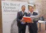 Oliver Arnold (links) und Dr. Florian Langenscheidt (Herausgeber). Foto: Arnold Schwerlast