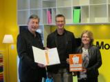 Uwe Werner (links) vom HBE in Nürnberg gratuliert Thomas Kocher und Ehefrau Susanne