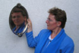 Akademieleiterin Viola Falkenberg demonstriert im Grundlagen