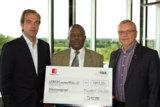 Lernen ohne Stromausfall: Euroweb Stiftung übergibt Spendenscheck