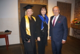 Marion Seßler bei der Verleihung ihres MBA neben Dozentin Prof. Dr. Jutta Rump und Helmut Seßler