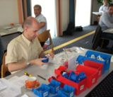 "In der ""Fabrik im Seminarraum"" wird montiert, gepackt, geliefert, diskutiert und optimiert"