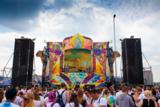 """Ein Bühnenbau-Team, das bei dem """"Tomorrowland""""-Festival aus Belgien mitwirkt, kreierte die Bühne."""