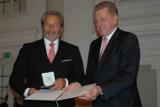 Rudolf Rampf (links) ist stolz auf die Wirtschaftsmedaille