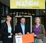 Jan Leminsky (WuWei Hamburg, Mitte) bei der Spendenübergabe