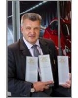 Kandl-Geschäftsführer Christian Melbinger mit Opel-Urkunden