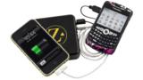 Fernab jeder Steckdose lassen sich mit ZAGGsparq zwei Smartphones gleichzeitig aufladen.