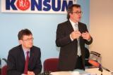 Vorstandssprecher Roger Ulke (rechts) erläutert die Bilanz