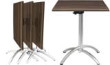 Seitenstapelbarer Tisch mit Kipp-Top, Diebstahlsicherung und höhenverstellbaren Bodengleitern.