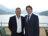 Slobodan Cvetkovic (links im Bild)  und BZÖ-Klubobmann Josef Bucher vor dem Panorama des Fuschlsee
