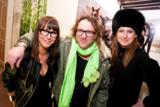 Die Fotografen Vanessa Maas und Daniel Josefsohn mit der Organisatorin der Zweiten Photo-Soirée Simone Bruns (v. li.).