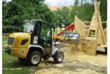 Ein Radlader aus dem HKL MIETPARK verteilt 60 Tonnen Sand auf dem neuen Spielplatz.