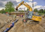 Multitalent Raupenbagger im Einsatz beim ersten Brückenbau mit Fußbodenheizung.