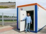Thomas Luttat, HKL Betriebsleiter Magdeburg-Bernburg, vor einem der zahlreichen Raumcontainer