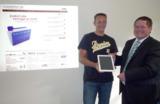myCONTRACT24 übergibt iPad 2 an Gewinner.