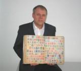 Senator Daiger mit den ersten Briefmarken der Welt/Foto: Dr. Walser Dental GmbH