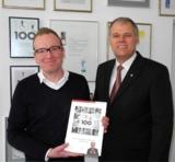 Jens Darré mit Top 100 Buch, Senator h.c. Gerhard R. Daiger/Foto: Dr. Walser Dental GmbH