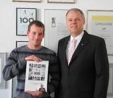 Christoph Heim mit Top 100 Buch, Senator h.c. Gerhard R. Daiger/Foto: Dr. Walser Dental GmbH