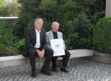 Senator h.c. Gerhard R. Daiger, Adolf Oexle mit Echtheitszertifikat/Foto: Dr. Walser Dental GmbH