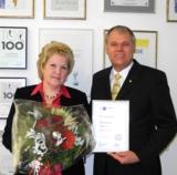 Doris Schellhammer mit IHK Urkunde, Senator h.c. Gerhard R. Daiger/Foto: Dr. Walser Dental GmbH