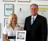 Geschäftsführer Senator h.c. Gerhard R. Daiger mit Auszubildenden/Foto: Dr. Walser Dental GmbH
