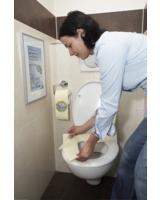 forsa-Studie zeigt: Viele vermeiden den Kontakt mit der WC-Brille durch Toilettenpapier.