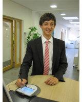 Stefan Aigner von der VR-Bank Vilsbiburg eG mit einem Omega Unterschriften-Pad von signotec.