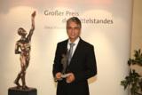 Geschäftsführer Saeid Fasihi mit der Auszeichnung. Foto: Boris Löffert