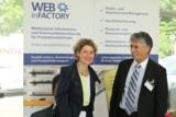 Wirtschaftsministerin Eveline Lemke graturliert Saeid Fasihi zum Firmenjubiläum. Foto: Fasih GmbH