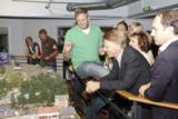 Sebastian Drechsler erklärt den Mitgliedern des PR Club Hamburg die Anlage
