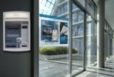 Digital Signage-Lösung neben einem Geldautomaten