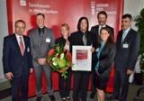 Walter Meyer (Mitte), Geschäftsführer Onlineprinters GmbH erhält den Gründerpreis Mittelfranken 2011