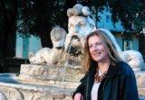 Christine Martin vor einem Brunnen in Rom.