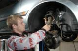Stoßdämpfer und Federn vorm Urlaub in der Kfz-Werkstatt überprüfen und auswechseln lassen Foto: KYB