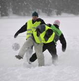 Schnee-Fußballer und Autofahrer brauchen starken Schneegrip     Foto: Nokian Tyres