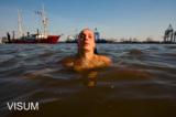 Schwimmerin im Hamburger Hafen