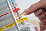 Farbkodierungs-Aufkleber auf Spritzenpumpen sollen Verwechslungen von Medikamenten verhindern.