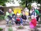 Christian Nasarow, Heraeus Werkleiter, erklärt den Kindern d