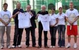 Michael Jäschke (Dritter von links) übergibt die T-Shirts.