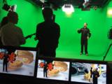 Greenscreen-Studio und Regie-Monitore mit gerendertem Set
