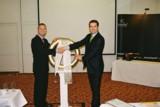 Dirk Kreuter (li.) erhält einen Lorbeerkranz von Christian Manthey von der SemiGator AG.