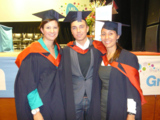 Nina Nosek (r.) bei der MBA-Graduierungsfeier in London zusammen mit Studienkollegen